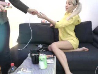 deealoveu slim cam babe is glad to offer her cunt for dirty live sex